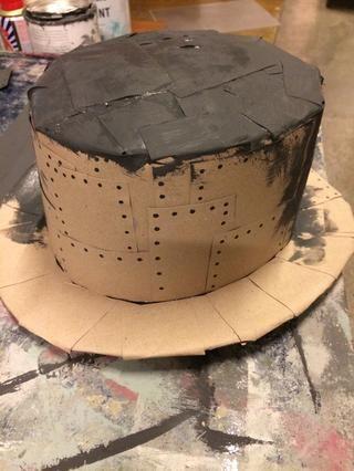 Cortar el cartón en pequeños cuadrados y pegarlas en el sombrero. Y Pintar el sombrero Negro con la pintura de la tiza.