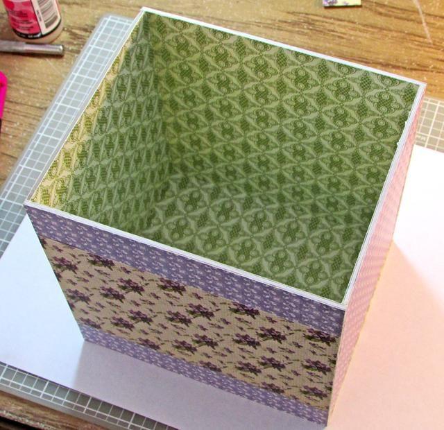 Una vez que todos los lados de la caja y la tapa están cubiertas con papel decorativo, utilizar un pegamento fuerte para ensamblar las piezas. Elegí guardabosques acentos brillantes. (Uso pintor's tape to fit your box & lid before gluing.)