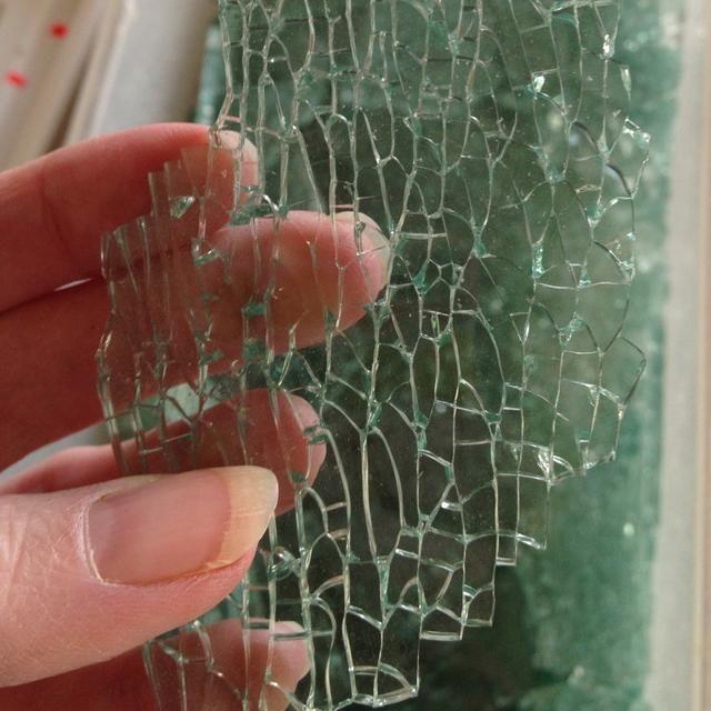El vidrio se romperá en una variedad de maneras. Las piezas principales tendrán un efecto craquelado. El impacto del martillo produce fragmentos largos sin el efecto craquelado.