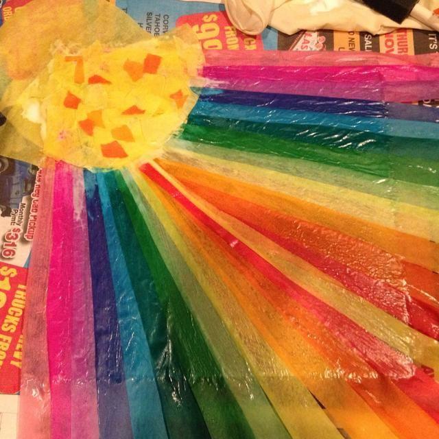 En una hoja de acrílico, vidrio, espejo o madera creativo con papel de colores o pintura de vidrio. Aquí estoy usando tiras de papel de seda pegados (Sobo pegamento) a un pedazo de acrílico transparente.