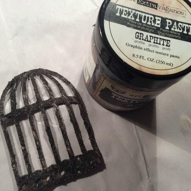 Corté la jaula con mi troquelado Sizzix y le di una mano de la textura de pasta de grafito. Deje que se seque por completo.