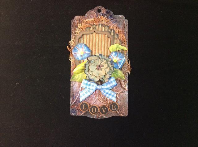 Siguiente pegamento flor gran centro en la posición primera. Luego de tarjetas de pegamento troquelados asegurarse de que están metidos bajo el centro de la flor. Posición que se muestra.