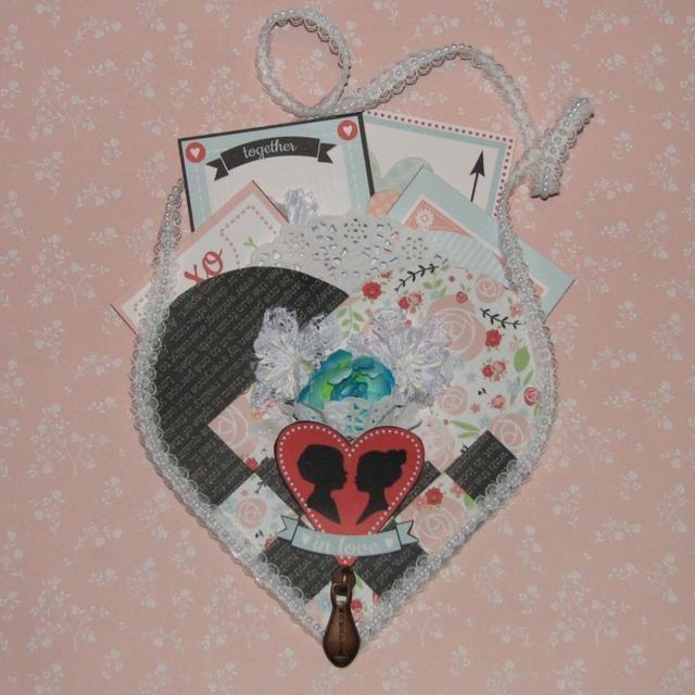 Aquí está el corazón tejida adornada llena de tarjetas de San Valentín.