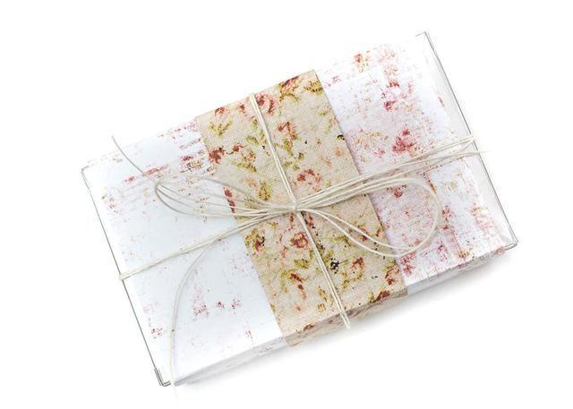 Llene la caja con dulces, una tarjeta de regalo, o cualquier otro regalo. Adherirse el papel a la caja. Voltear mismo papel y anotar en los mismos lugares a que se adhieran a la mitad de la caja. Lazo con Prima yute guita.