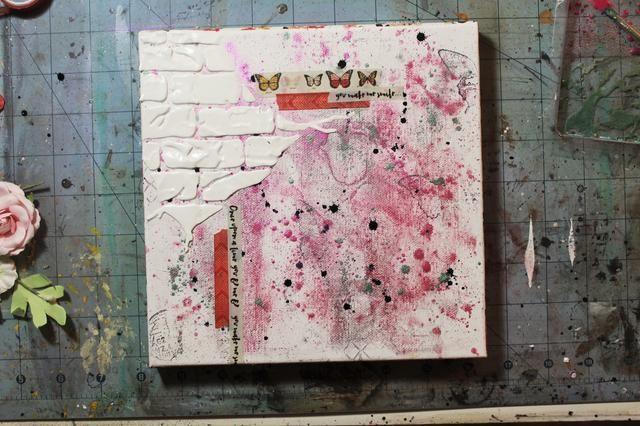 Añadir cinta washi lo largo de la parte superior y en la parte izquierda del lienzo para enmarcar la