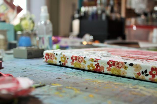 Añadir cinta washi alrededor del borde exterior de la tela.