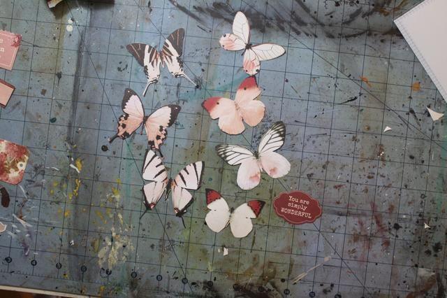Cortar algunas de las mariposas de la mariposa de papel.