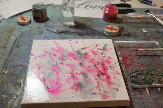 Rocíe un poco de agua directamente sobre el lienzo para suavizar un poco los colores. Use una toalla de papel para secarse el exceso.