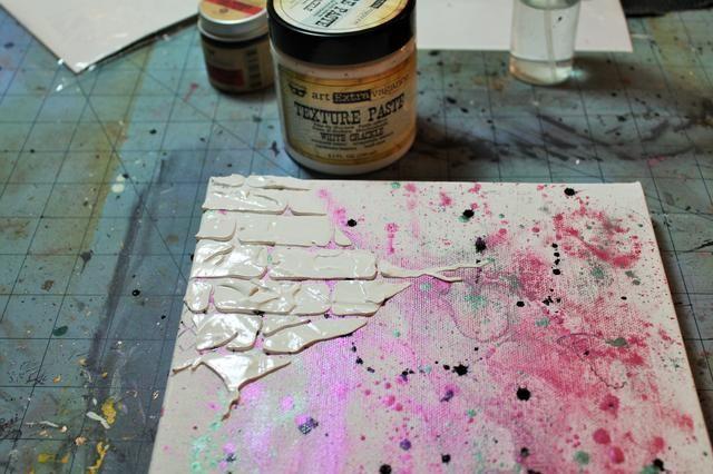 Utilice la plantilla de ladrillo incluido en la técnica mixta add-on para agregar textura Pegar en crujido de color blanco a la esquina superior izquierda.