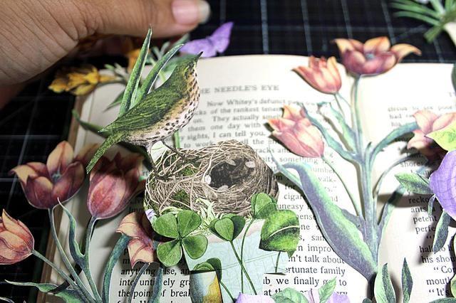 Abra el libro al centro y comenzar estratificación. Usted puede pintar su libro en este paso si lo desea.