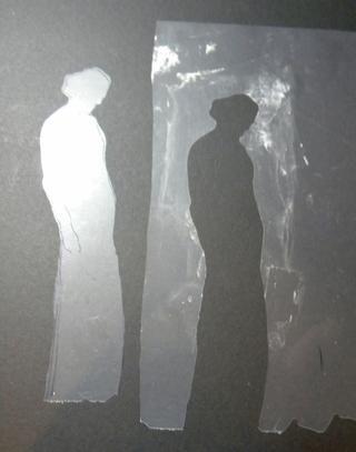 El de la izquierda es la máscara de la silueta y el derecho es la plantilla. Mantenga las dos piezas. Vamos a utilizar la plantilla para este proyecto, pero la máscara se puede utilizar de muchas maneras creativas también.