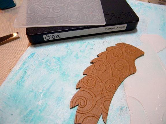 Traslape el ala con la silueta estarcido sobre el lienzo, por lo que la banda sale de la parte posterior. Pinte una capa de yeso sobre el ala.
