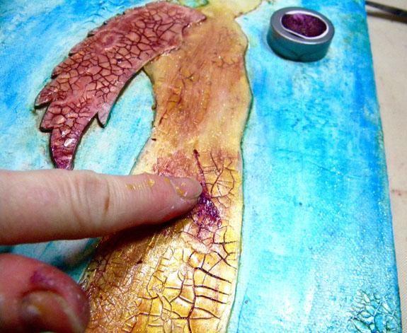 Después de que el esmalte está seco, empezar a añadir más color al ángel. Elegí Imperial Sorbete, aplicar con el dedo, trabajando en las grietas. El morado es un color complementario al oro y amarillo.