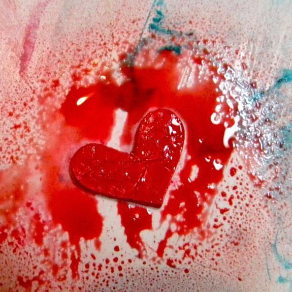 He añadido un corazón aglomerado rojo al ángel, el tratamiento de primera con gesso, coloraciones corazón aerosol, pasta de crujido y la izquierda sobre esmalte marrón. Pegué al ángel con medio de gel.