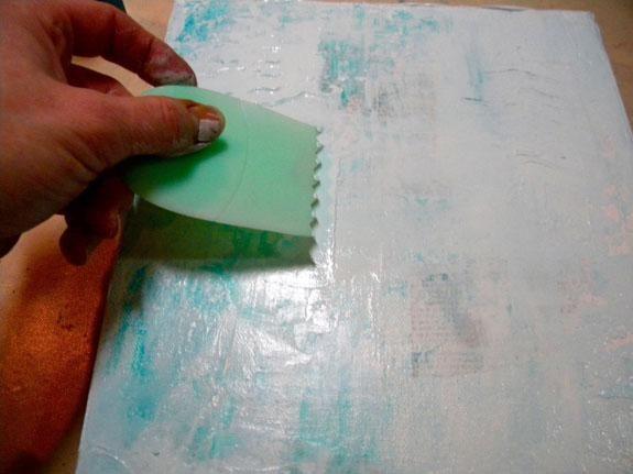 Añadir Arte Antología de barro encima de la Fiji añadir más textura, a continuación, hacer marcas con una herramienta de catalizador. Asegúrese de que puede ver algunos de los textos del libro a través de todas las capas. Utilice una toallita de bebé, si es necesario.