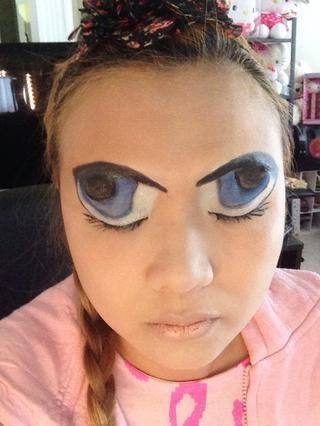 Usted tiene que cubrir la totalidad de los ojos con lápiz blanco de NYX luego use el lápiz negro a mano libre de los ojos. Usa tus ojos como una guía dónde trazar. Sus cejas deben ser de color negro.