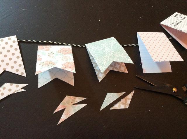 Recorte formas triangulares de cada pieza plegada crear formas banderín.