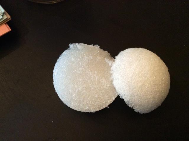 Cortar una bola de espuma de poliestireno en el medio.