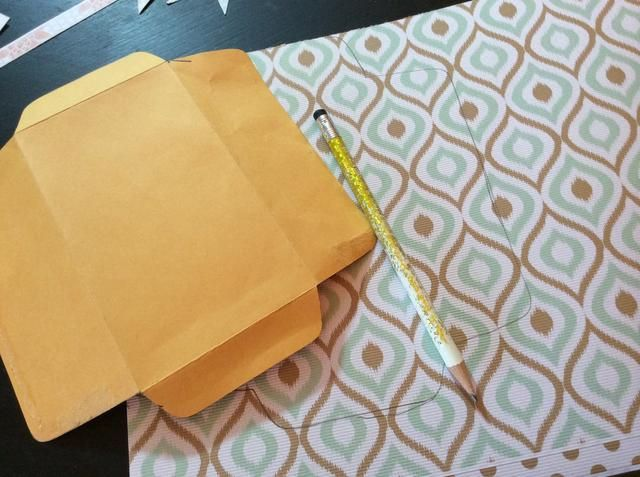 Ahora nosotros'll craft the envelope keepsake... Trace a small policy envelope onto patterned paper.