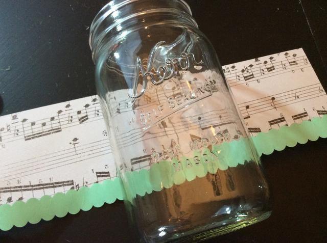 Envuelva cada frasco variando los patrones de papel y colores de cinta washi.