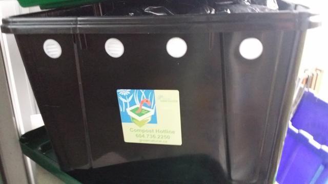 El cuadro de compost tiene agujeros de drenaje en la parte inferior y los orificios de ventilación, una tapa y una bandeja de drenaje. La ciudad tiene un número limitado de $ 25 compostadores gusano para su uso en apartamentos.