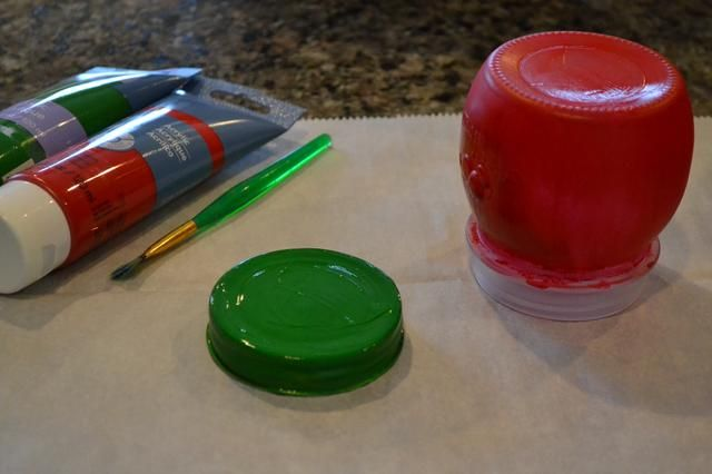 Separar la tapa de la jarra. Pintar el rojo tarro y luego el verde tapa. Usted tendrá que hacer por lo menos 2 capas de pintura en la tapa y 2-3 capas de pintura en el tarro. Permitir secar cada una antes de repintar