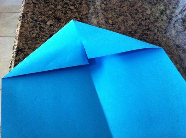 Abra su papel y doblar en dos triángulos lo más uniforme posible