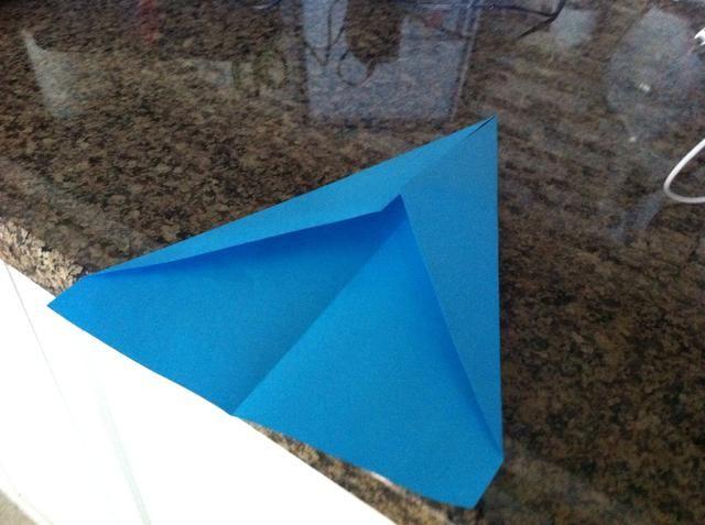 Luego, con esos mismos triángulos ellos se pliegan sobre, una vez más, para formar un nuevo ángulo