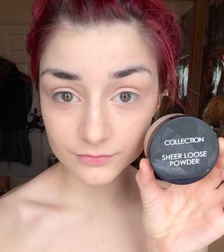 Una vez que el corrector se mezcla, aplico un polvo mineral suelto sobre mi cara para fijar el maquillaje.