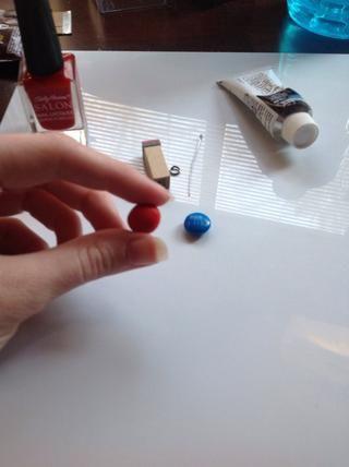 Tome una pizca de arcilla polimérica y rodar en una bola, será muy pequeña. Utilice m & m para referencia.