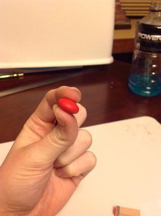Aplaste la bola de arcilla hasta parecerse a la m & m. :)