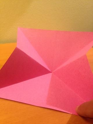 La parte difícil: seguir las arrugas y doblar al centro del papel ..