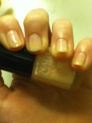 Aplique la crema francesa polaco manicura demasiado ambas manos. Dejar secar.