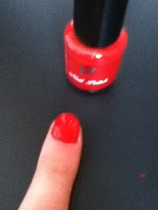 Por tercer diseño, pintar las uñas de color rojo y dejar secar.