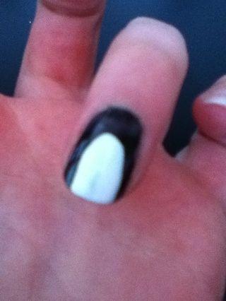 Luego, con un esmalte de uñas blanco cepillarse por el centro titular en la parte superior de la uña.