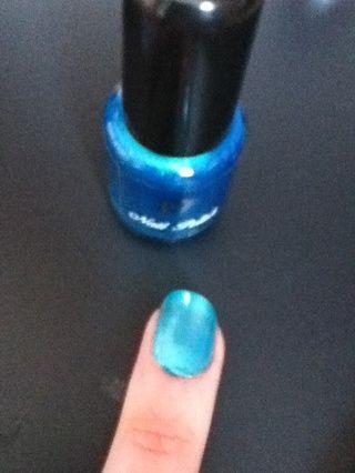 Para el segundo diseño, pintan las uñas de color turquesa y deje que se sequen.