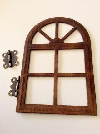 Utilice pegamento pegajoso para adherir dos pequeñas bisagras de la ventana.