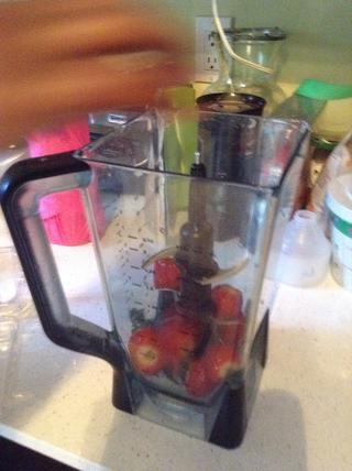 Coloque las fresas en la licuadora.