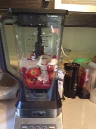 Cierre la tapa de la licuadora. Luego mezclar la fruta deliciosa.