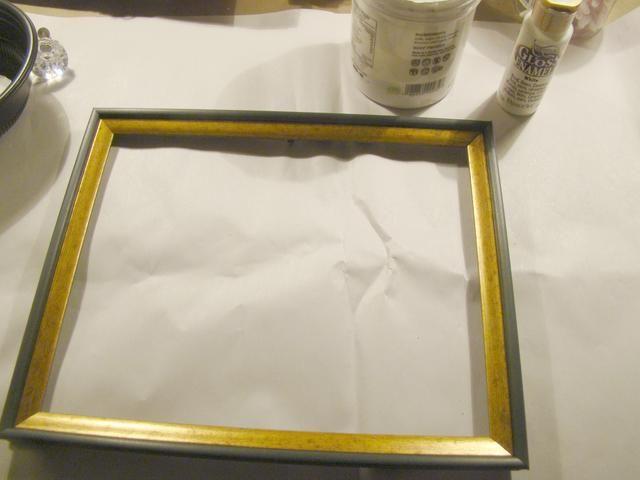 Este era un viejo marco que se ajusta a mi lienzo. Pintar con pintura acrílica blanca.