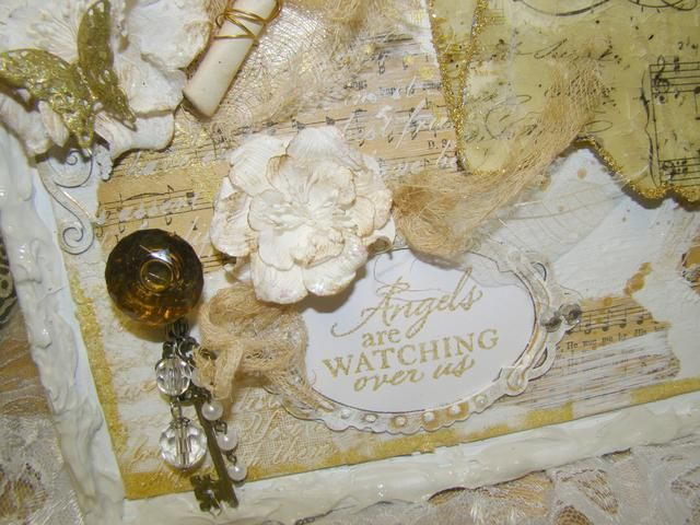 Pinta tu marco de madera aglomerada y resaltar con spray dorado Heidi Swapp. Adherirse su sentimiento a la parte posterior