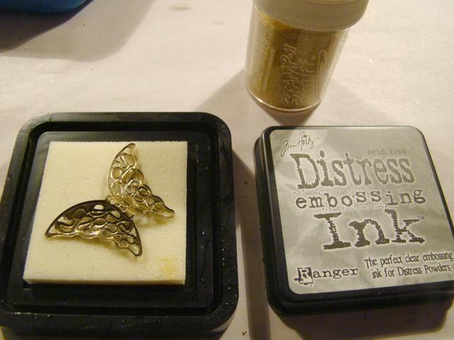 Aplicar Versamark o DI Repujado tinta a mariposa metal y el uso de calor polvo que realza oro. Ten cuidado, el metal se calienta mucho cuando se calientan.
