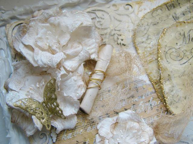 Comienza añadiendo sus adornos a su lienzo, he usado pegamento E6000 para los adornos de metal y pegamento caliente para las flores.