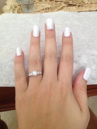 Paso 2: Utilice el esmalte de uñas de color blanco a pintar una capa de base en las uñas y dejar secar