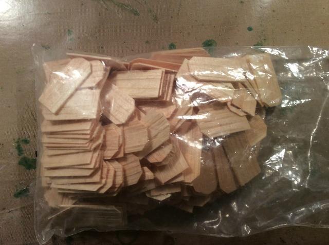 Compré esta bolsa de piezas de madera en el pasillo de la manía por alrededor de $ 4,99 y usé mi 40% de descuento.