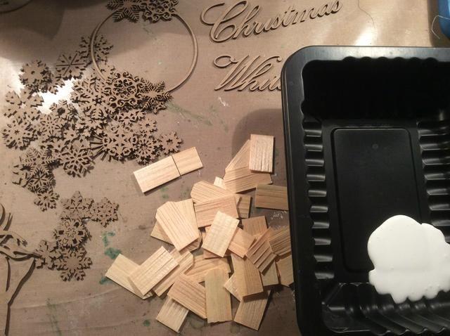 Reúna a su madera y piezas de aglomerado y darles toda una capa de pintura acrílica blanca.