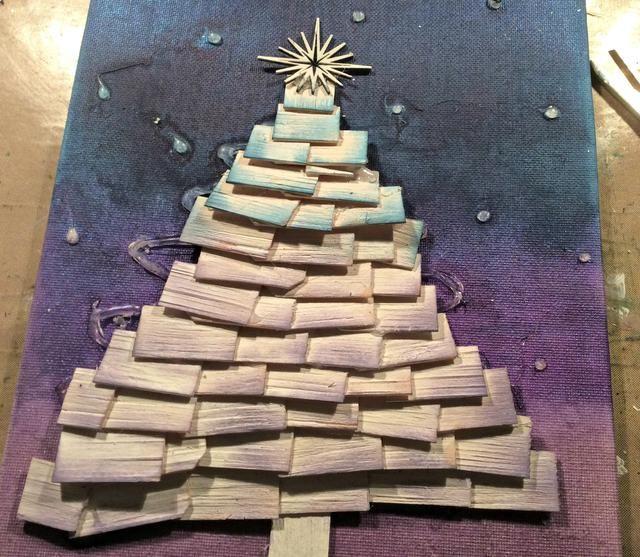 Comenzando en la parte inferior de la tela, empezar pegando sus astillas de madera a crear su árbol. Entonces yo robé sobre la madera con DI en Concord de uva y Faded Jeans