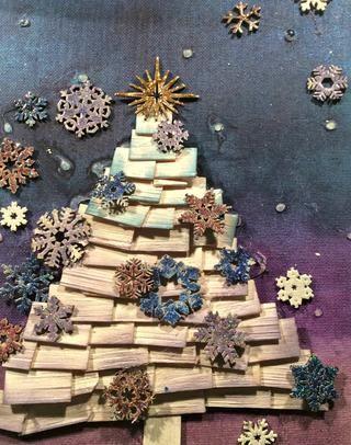 Comience pegando en sus copos de nieve. He utilizado el oro Stickles para el inicio ontop del árbol.