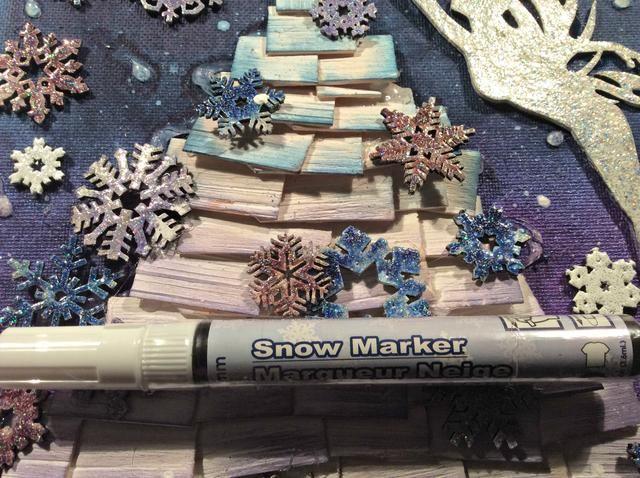 Quería añadir un toque de nieve para el árbol, he usado este marcador nieve pero también se puede utilizar Snowtex, o incluso pasta de modelar aplicado clumpy hará el truco.