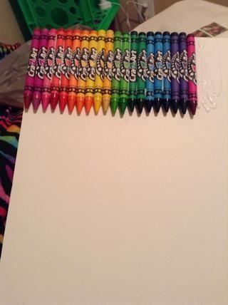 Simplemente inicie pegar sus lápices de colores a la junta en una secuencia de mezcla de color. Comience en la esquina de la junta y continuar a través. Para un mejor resultado que buscan asegurarse de que sus crayones logotipos queden hacia arriba.
